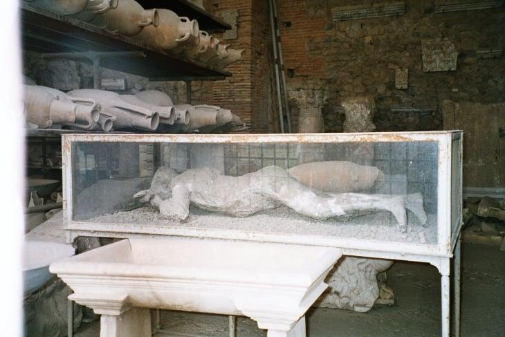 Kaivauksissä löydettyjä ruukkuja sekä kipsivalos ruumiista. Photo copyright Elämää ja Matkoja