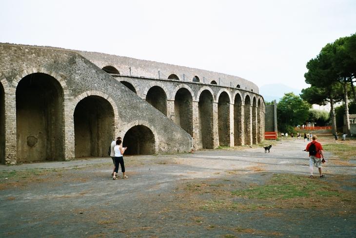 Amfiteatteri on ajalta 80 eaa ja se on varhaisin tunnettu amfiteatteri. Photo copyright Elämää ja Matkoja