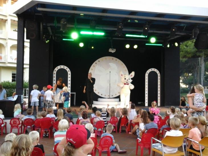 Iltaohjelmaa on koko perheelle. Photo copyright Elämää ja Matkoja
