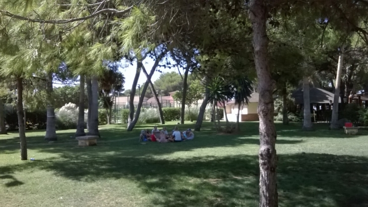 Fun Break kerho järjestetään viihtyisällä viheralueella. Photo copyright Elämää ja Matkoja