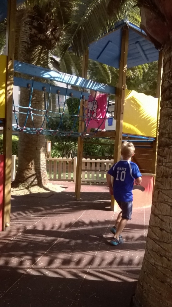 Lasten leikkipaikalla viihtyi sekä siompi että pienempi lapsi. Photo copyright Elämää ja Matkoja
