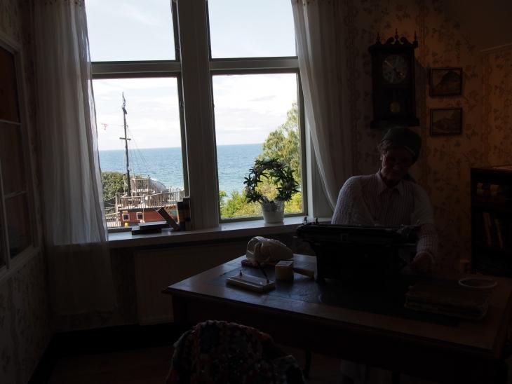 Peppi Pitkätossun 'äiti' Astrid Lindgren kirjoituskammarissaan. Photo copyright Elämää ja Matkoja