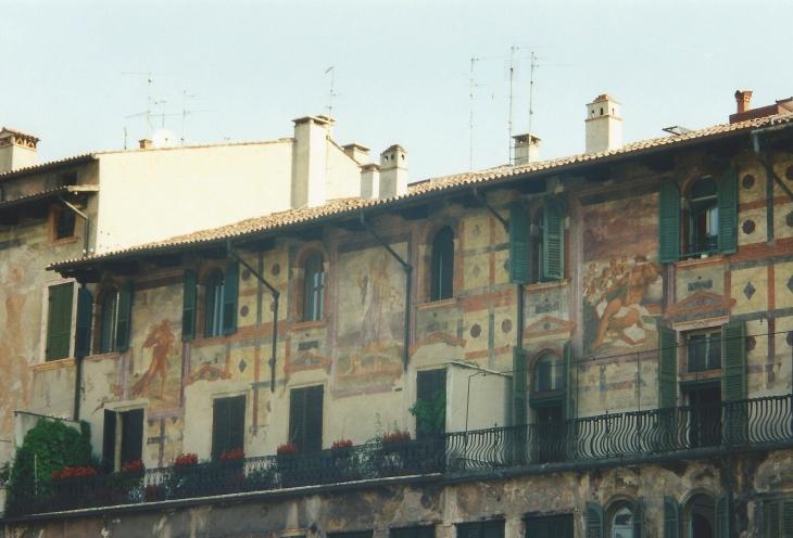 Yksityiskohta Piazza delle Erben historiallisesta rakennuksesta. Photo copyright Elämää ja Matkoja