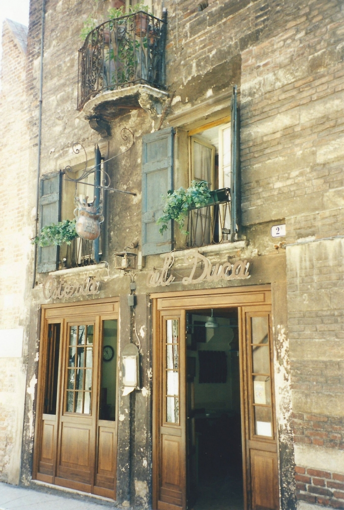 Romeon talon naapurissa toimii ravintola. Photo copyright Elämää ja Matkoja