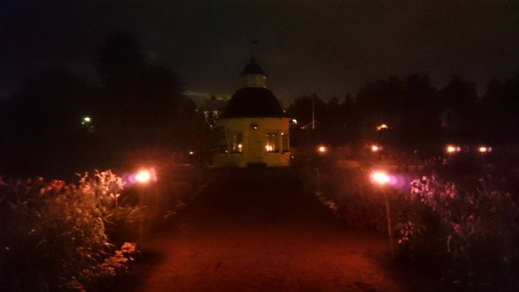 Aspegrenin puutarha lyhtyjen loisteessa. Photo copyright Elämää ja Matkoja