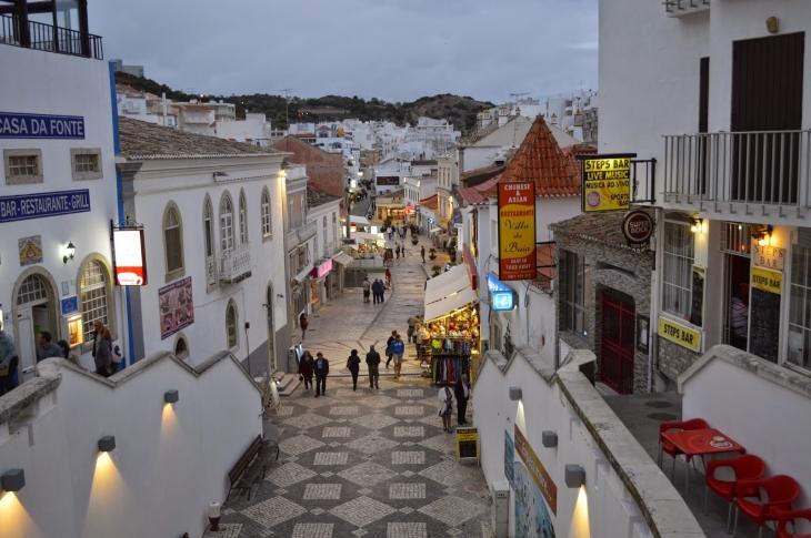 Albufeiran vanha kaupunki tarjoaa tunnelmallisia kujia, ravintoloita ja pikkukauppoja.