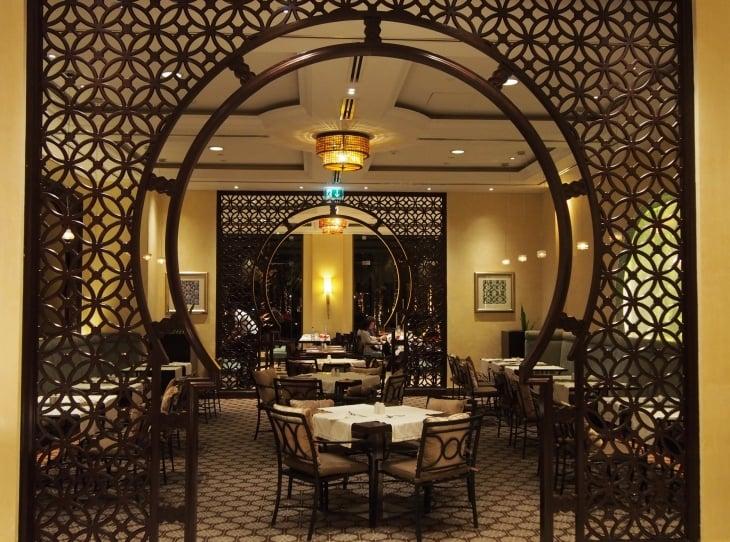 Maarid ravintolassa voi nauttia aterian joko sisätiloissa tai ulkona terassilla. Photo © Elämää ja Matkoja