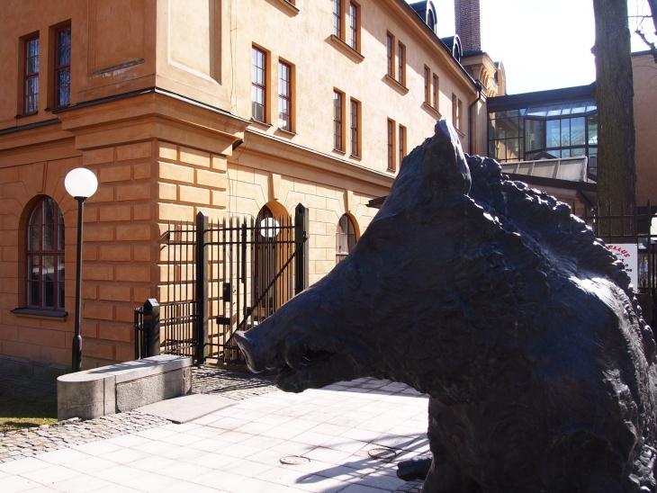 Kungliga Konsthögskolanin portilla vartioi melkoinen karju. Photo © Elämää ja Matkoja