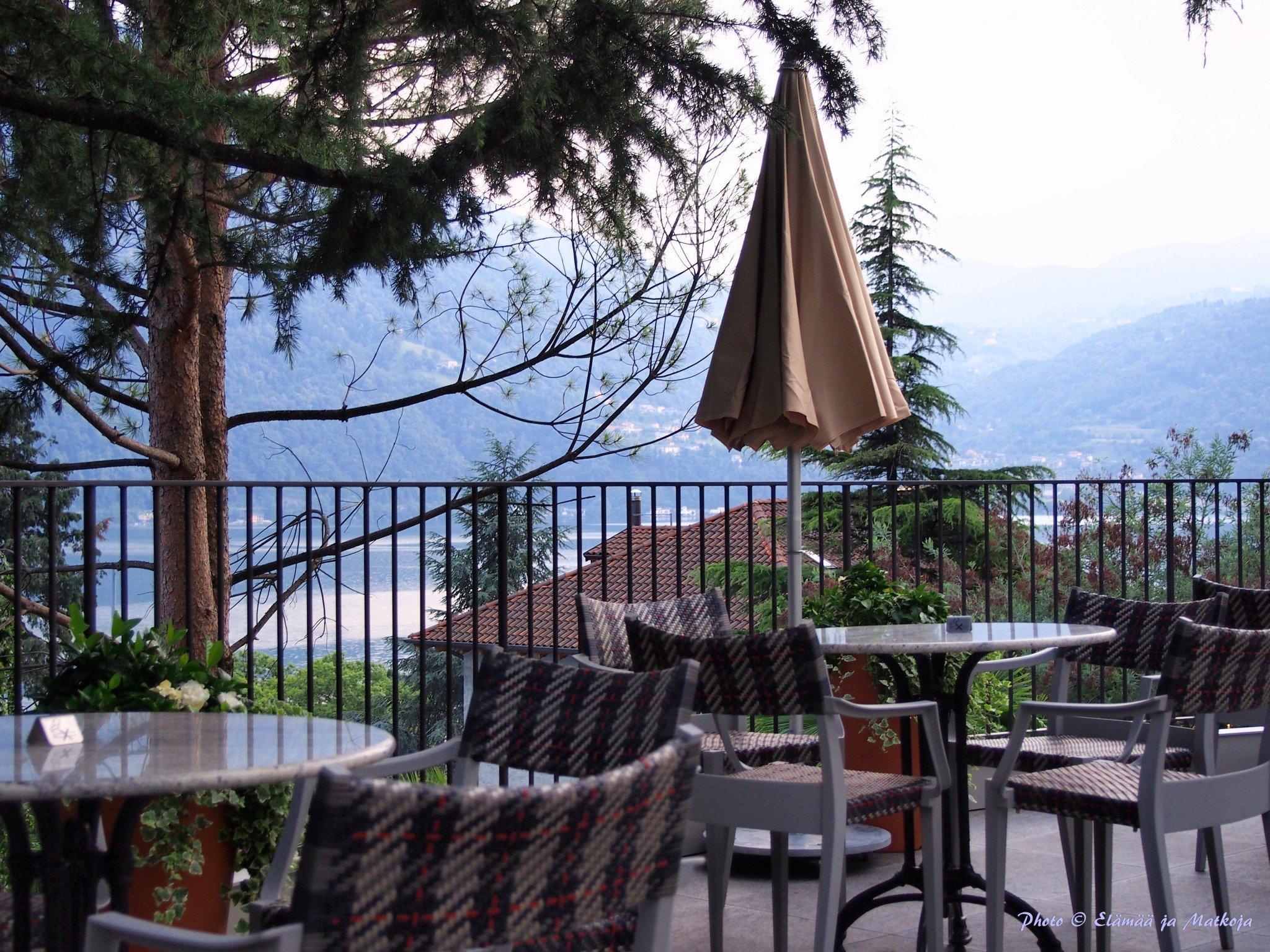 Ristorante & bistro San Marcon terassilla viihtyy niin aamiaisella, lounaalla kuin illallisella. Tässä päivä siirtymässä iltaan. Photo © Elämää ja Matkoja