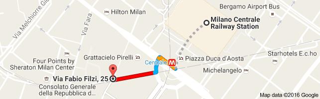 Helppoa kuon heinän teko, kun tulet Stazione Centralen pääovasta ulos. Malpensa Shuttlen pysäkki sijaitsee kuvassa rautatieaseman vasemmalla puolella noin puolivälissä asemarakennusta.