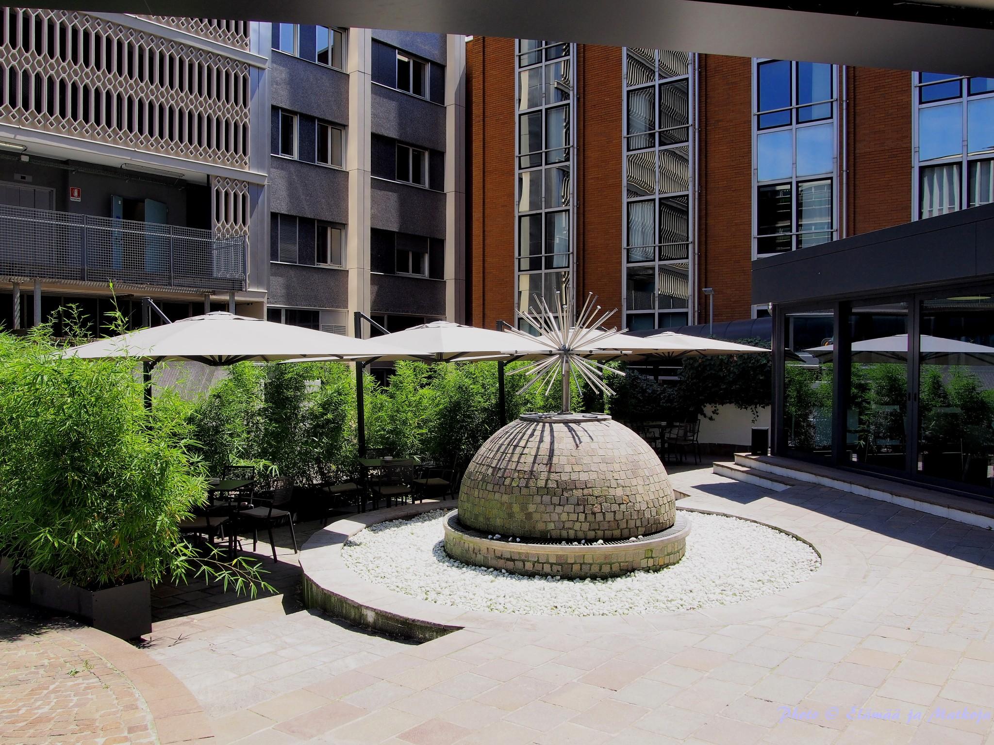 UNA Hotel Centuryn sisäpihalla on rauhallista nauttia kupposellinen vaikkapa pressoa. Photo © Elämää ja Matkoja