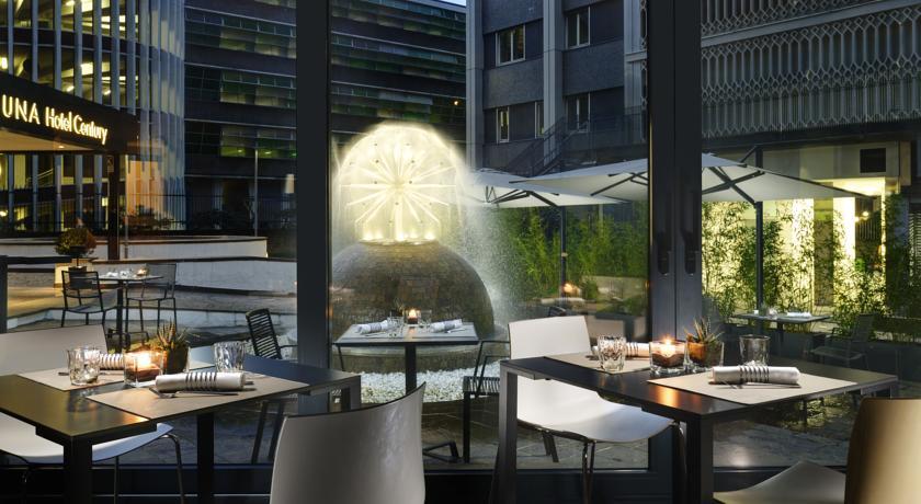Viihtyisällä ulkoterassilla viihtyy niin päivä- kun ilta-aikaan. Photo UNA Hotel Century/Booking.com