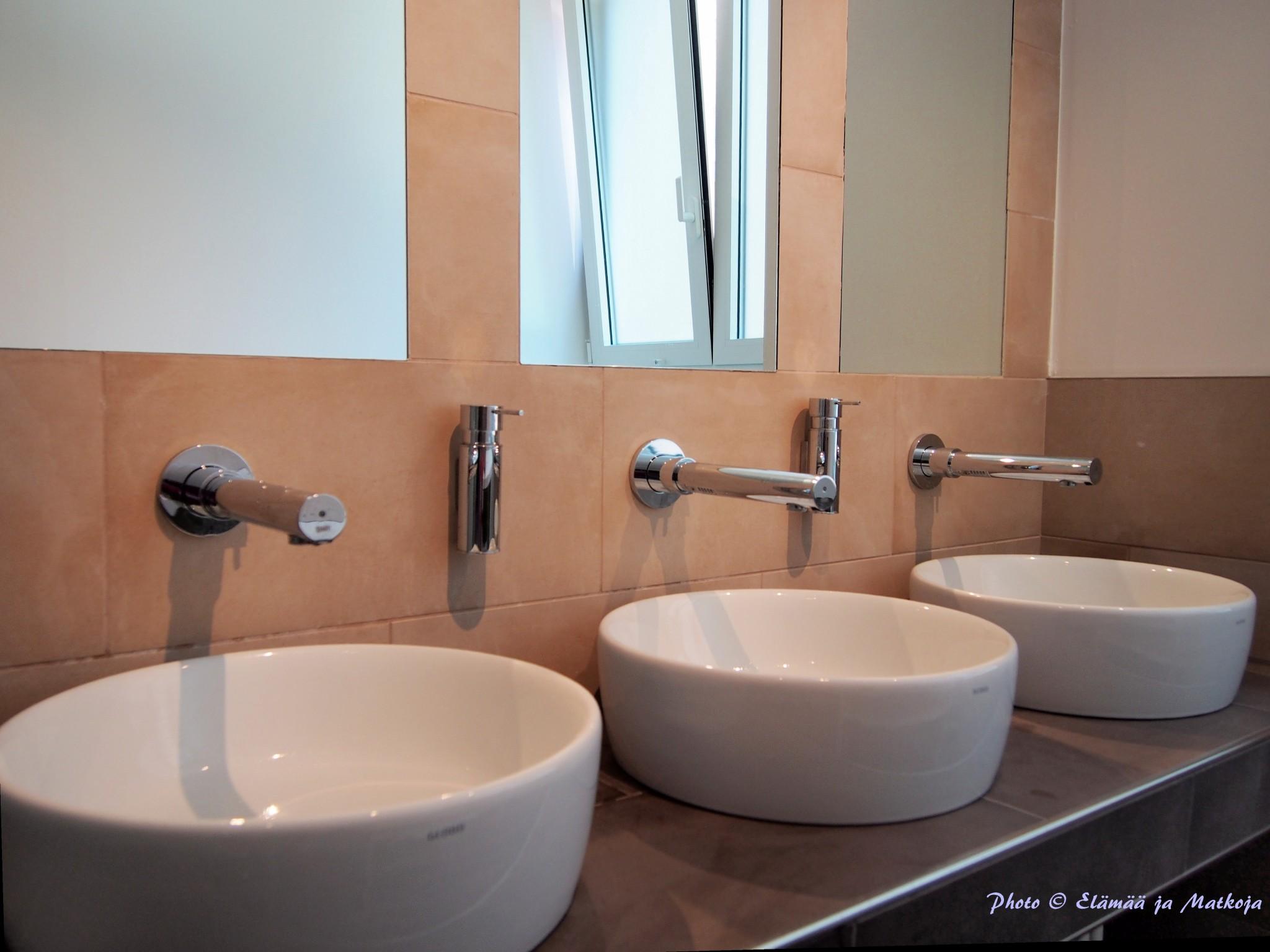 UNA Hotel Centuryn vesikalusteen niin huoneissa kuin yleisissä tiloissa ovat paitsi tyylikkäät, myös energiatehokkaat. Photo © Elämää ja Matkoja