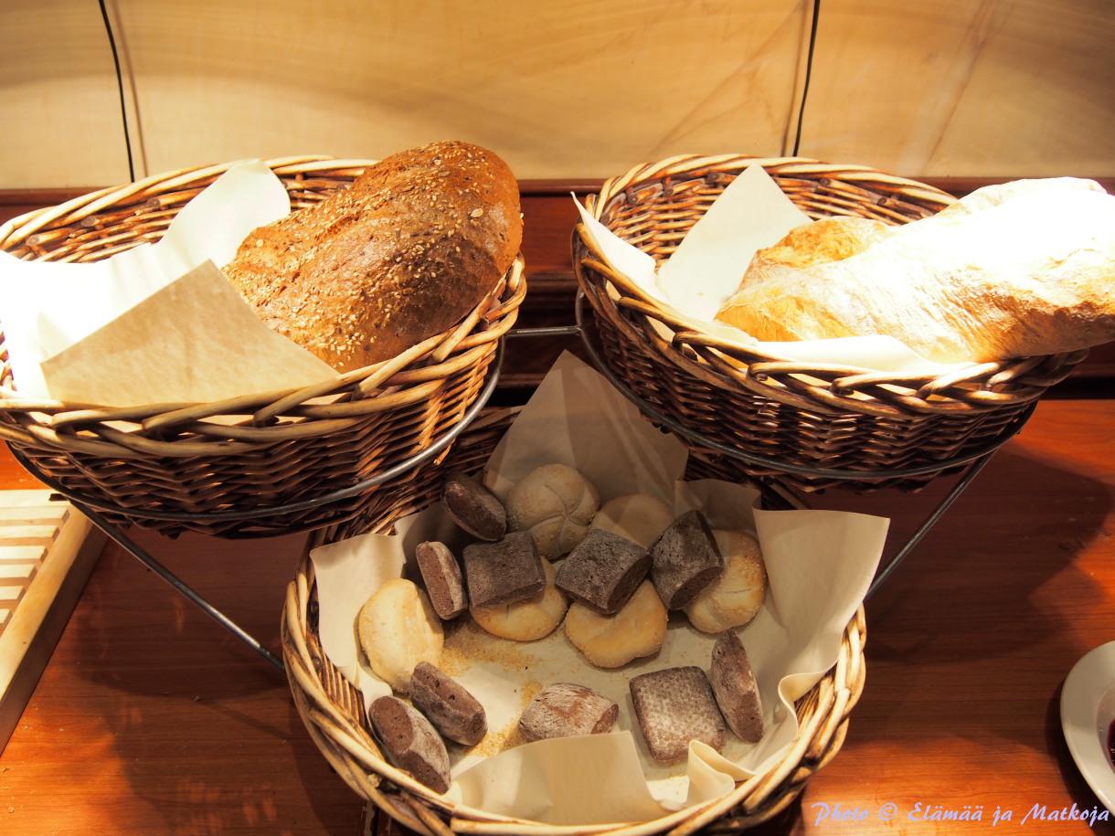 Maistuva tuore leipa on olennainen osa aamiaista, oma suosikkini löytyy vasemmasta yläkorista! Photo © Elämää ja Matkoja