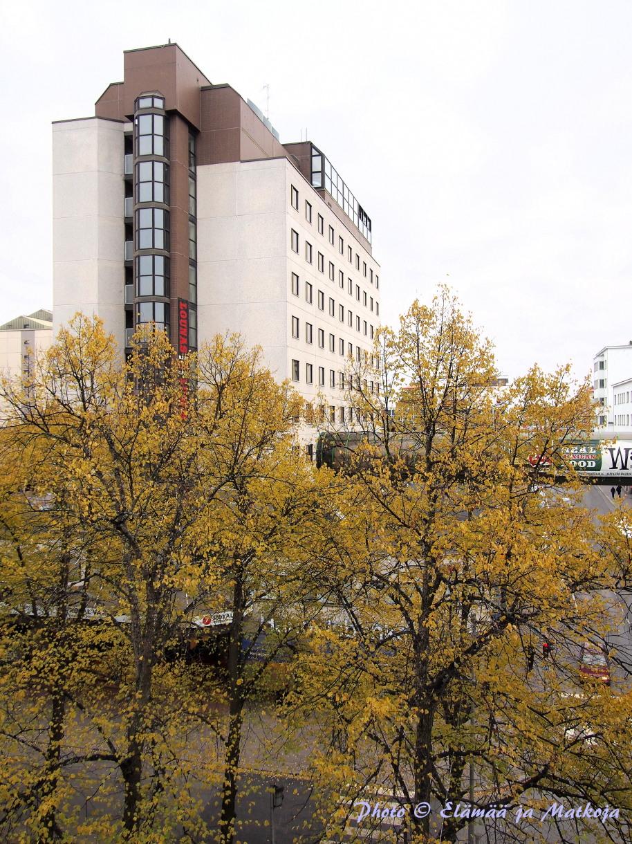 Royal Vaasa sijaitsee keskeisellä paikalla Hovioikeudenpuistikolla, kuvassa 11.kerroksinen uudempi puoli johon näkymät Kurtenia-huoneesta. Photo © Elämää ja Matkoja
