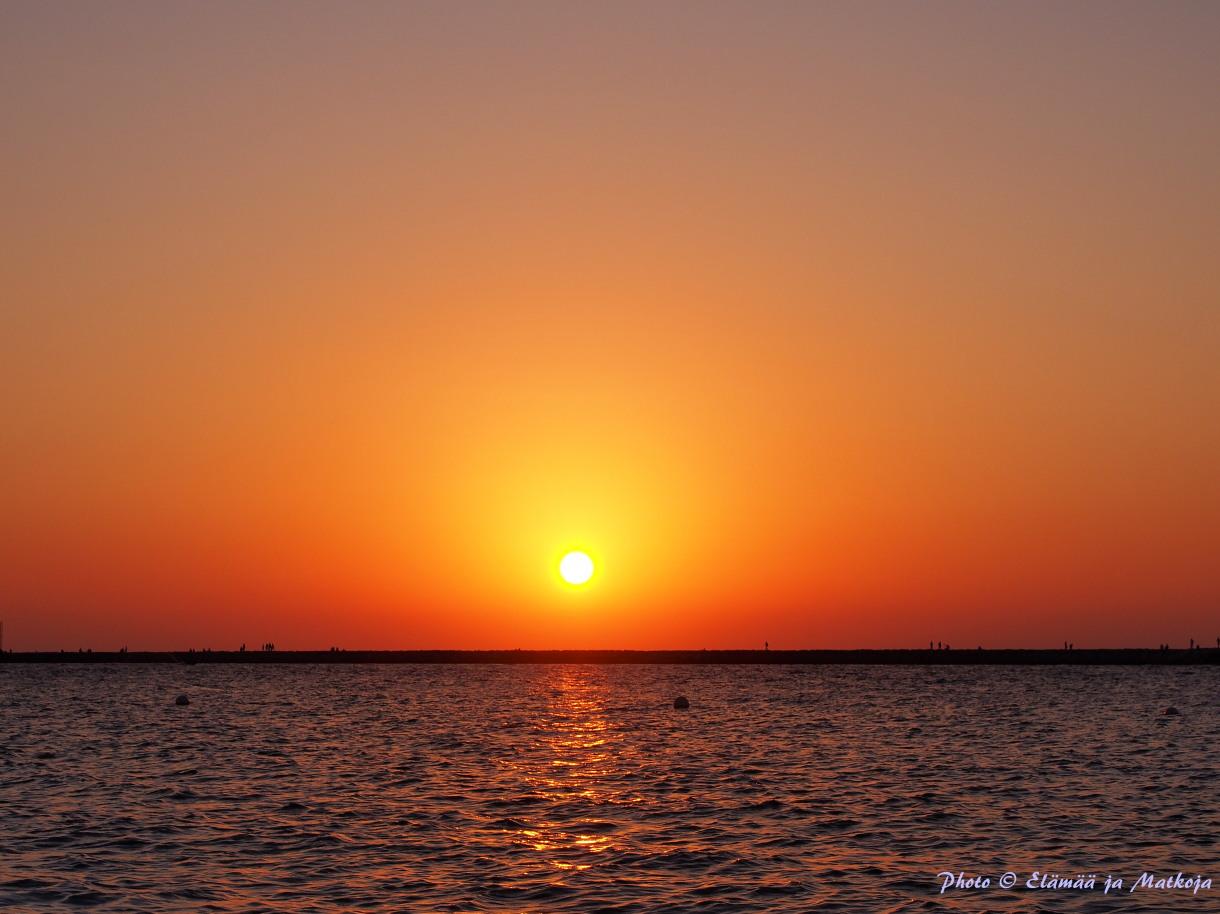 4. Auringon kultaama hetki Arabiemiraateissa