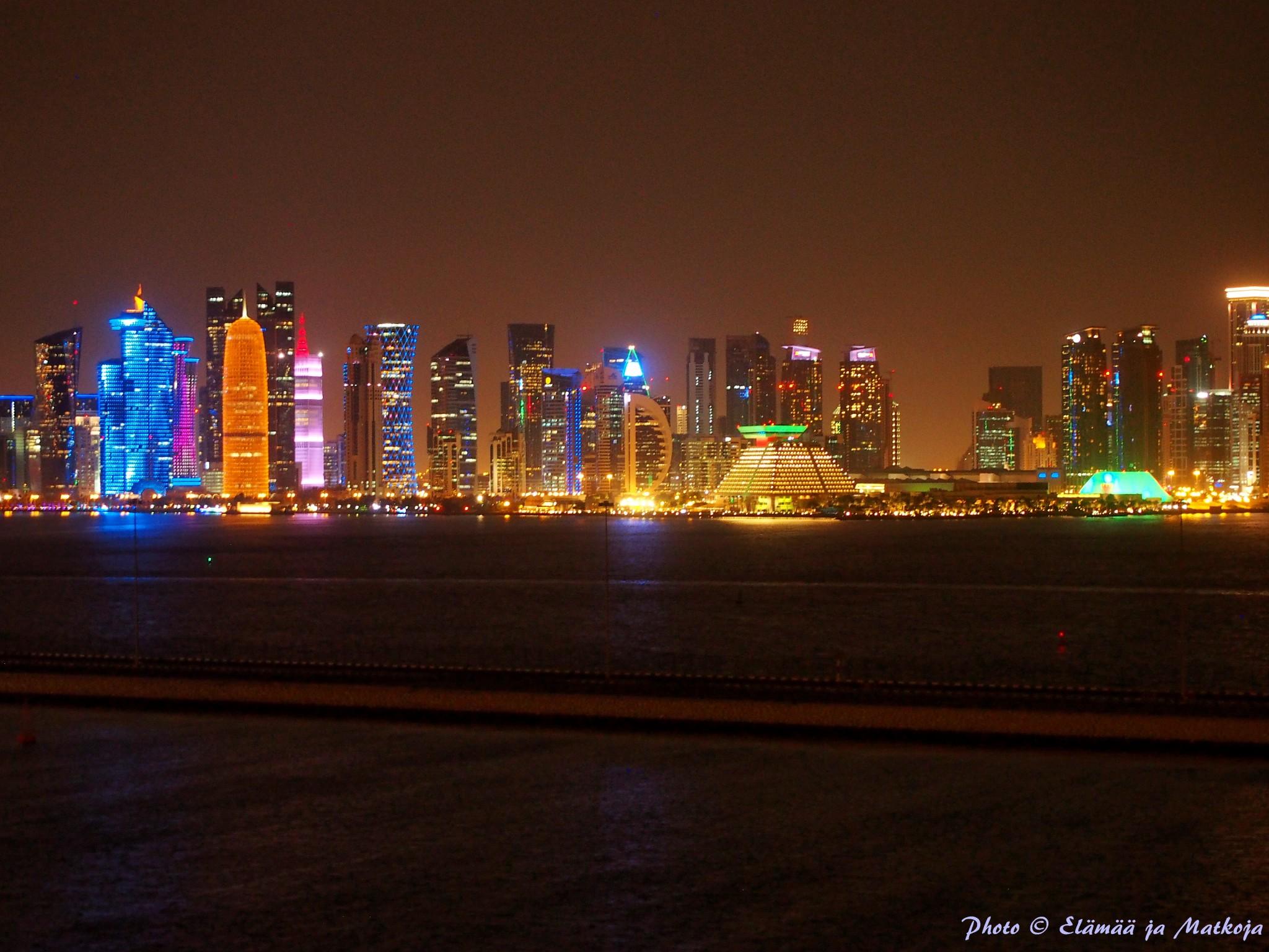 Qatarin pääkaupunki Doha iltavalalaistuksessa. Photo © Elämää ja Matkoja