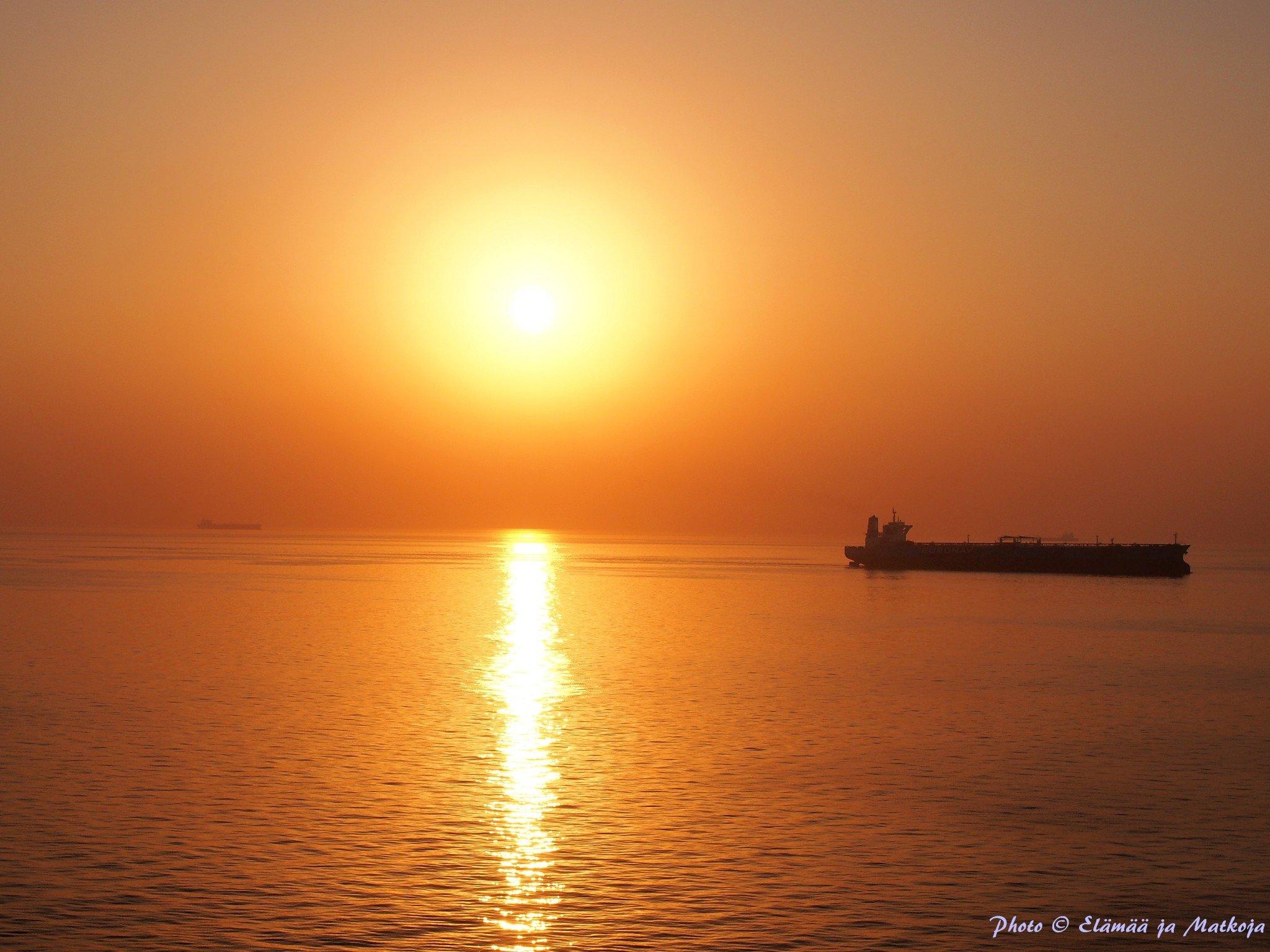Hormuzinsalmella veneliikennettä riitti, niin isoja kuin pieniä aluksia. Photo © Elämää ja Matkoja