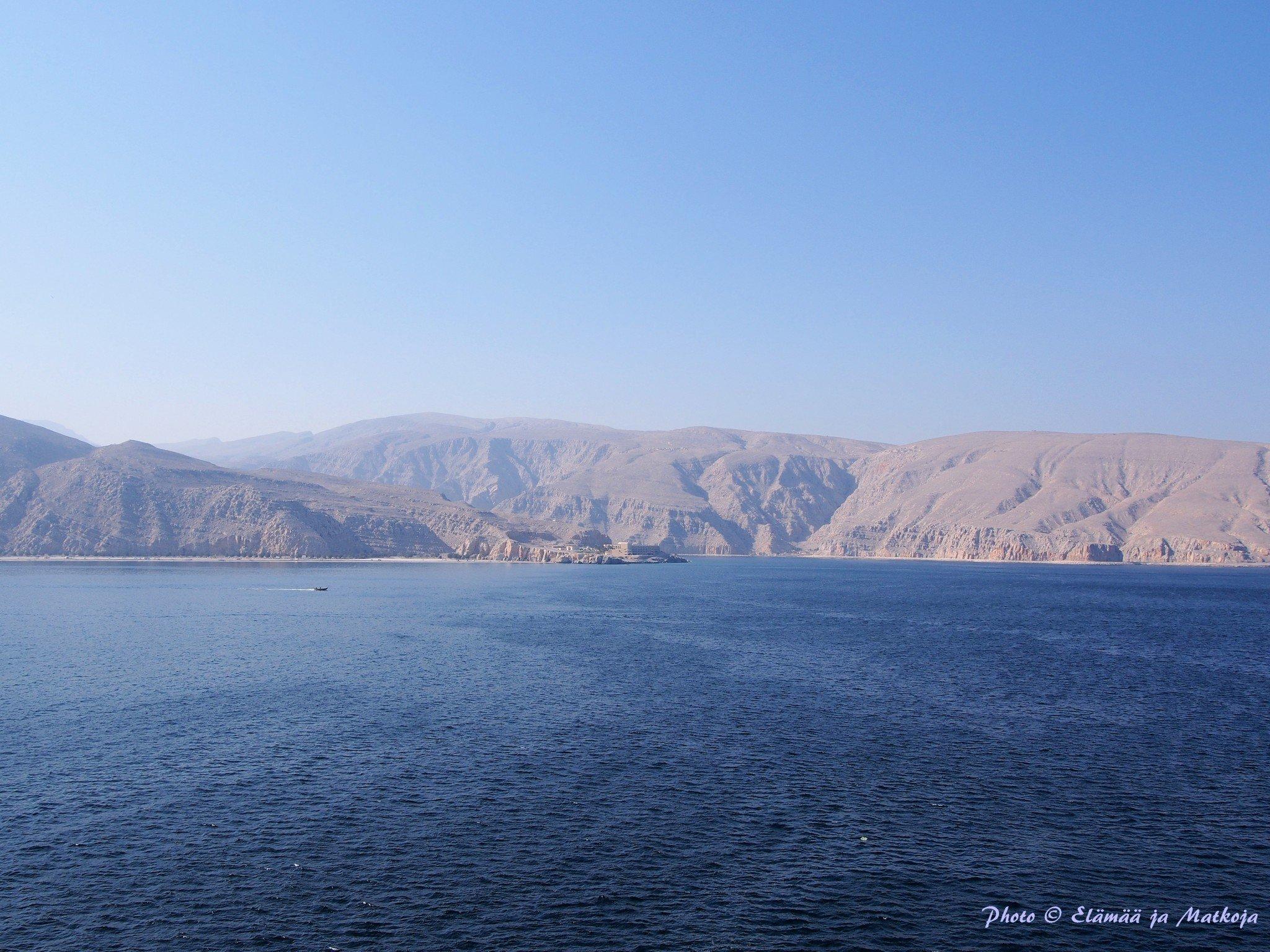 11. kannen hytiltämme oli mukavat näkymät Khasabiin ja Hajarvuorille Omanissa. Photo © Elämää ja Matkoja