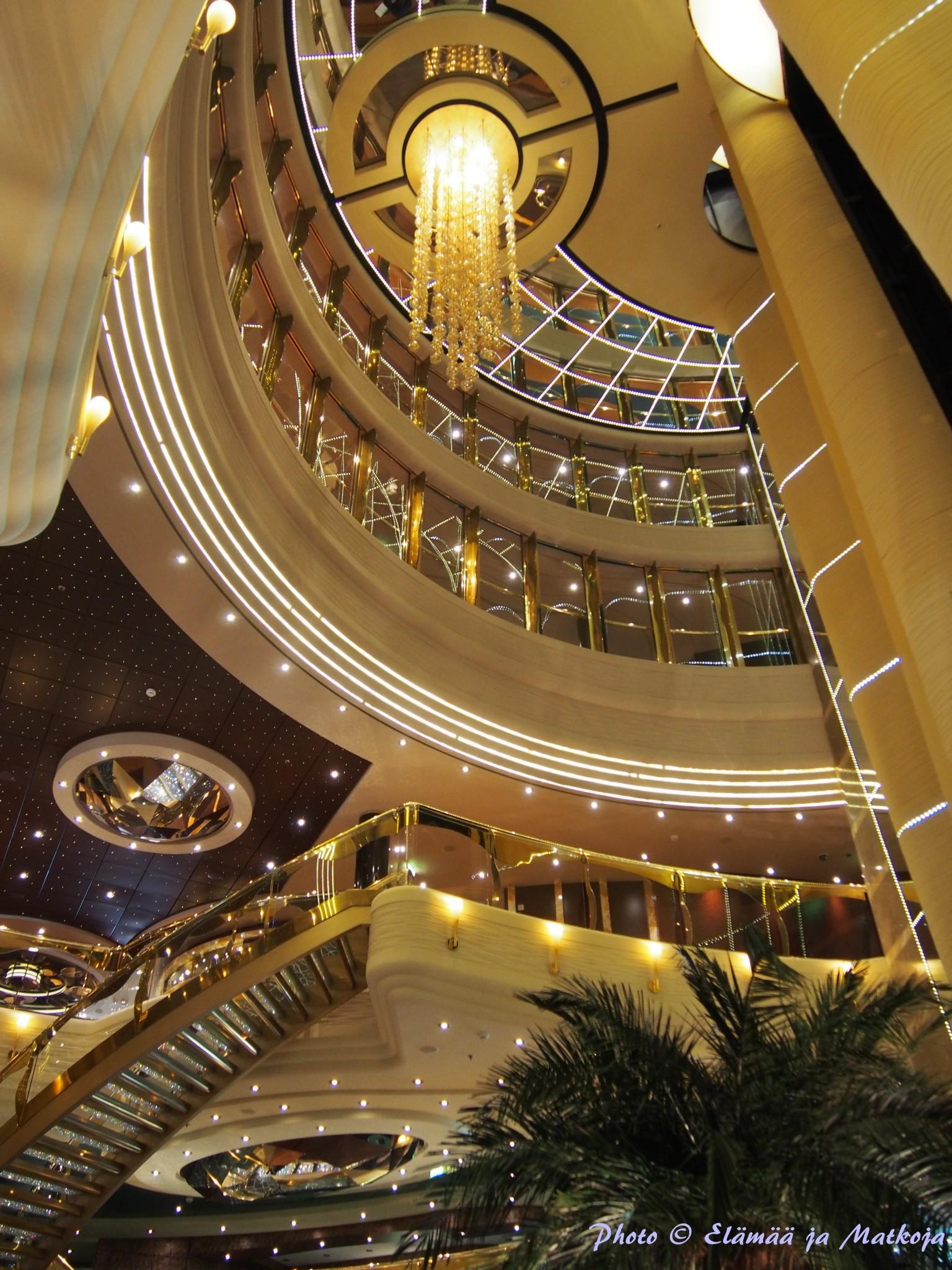 MSC Fantasialle saavutaan 5. kannen tyylikkään aulan kautta. Photo © Elämää ja Matkoja