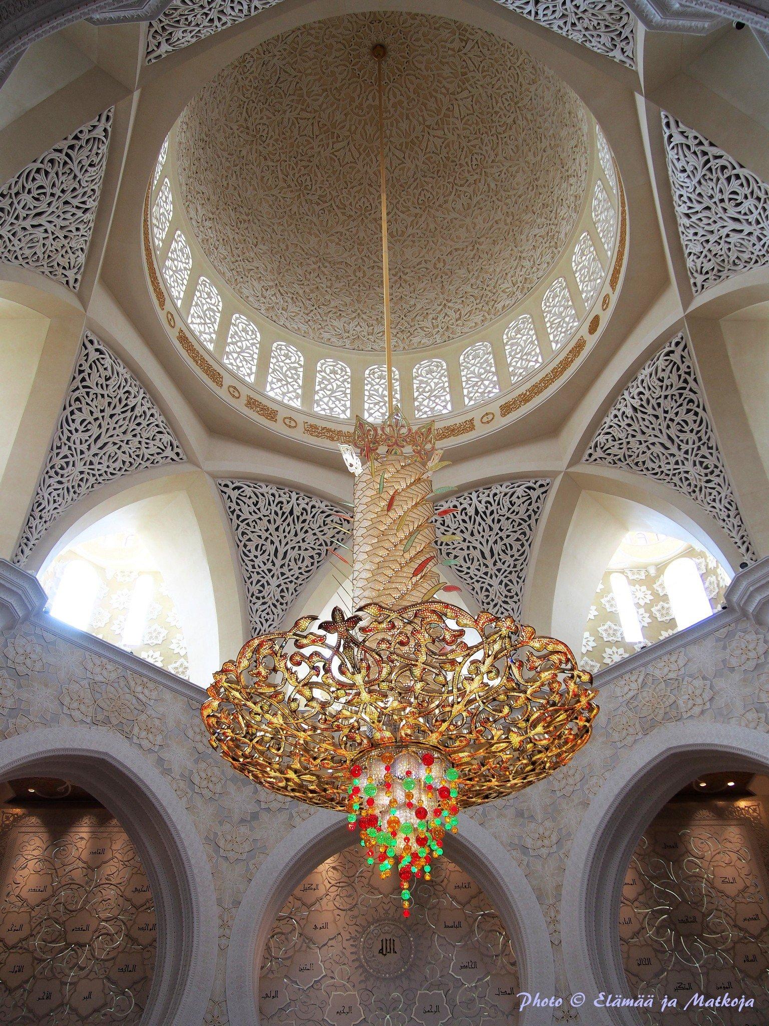 Sheikh Zayedin moskeija AbuDhabissa mykisti kauneudellaan. Photo © Elämää ja Matkoja
