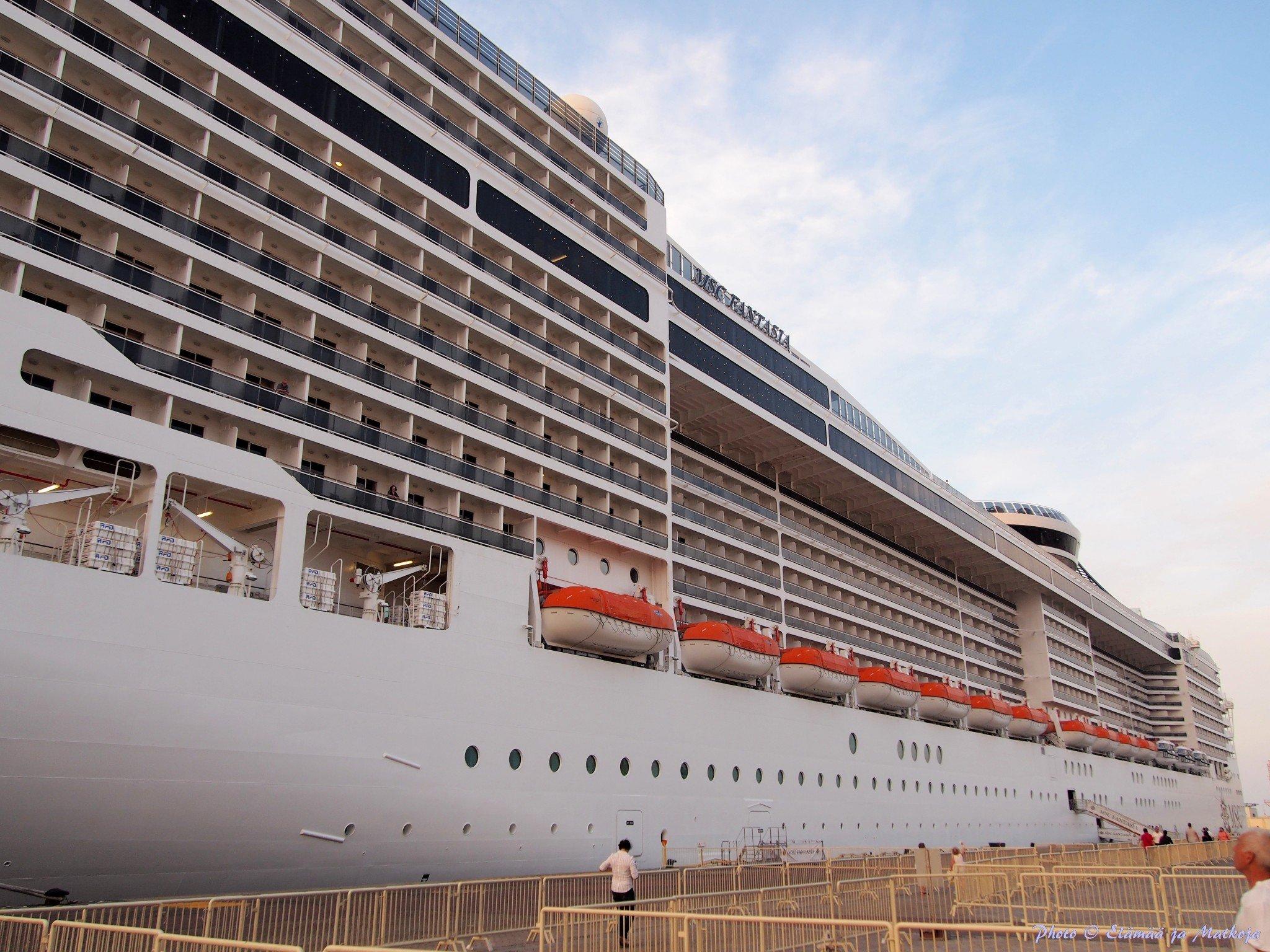 333 metriä pitkää laivaa ei saanut mahtumaan kuvaan kulkuluvallisella alueella Dubain Port Rashid satamassa kuvatessa. Photo © Elämää ja Matkoja