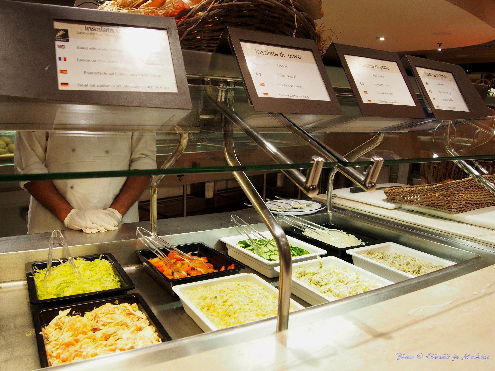 MSC Fantasian buffessa jokaisella tarjoilutiskillä henkilökunta hulehti moitteettomasti siisteydestä. Photo © Elämää ja Matkoja