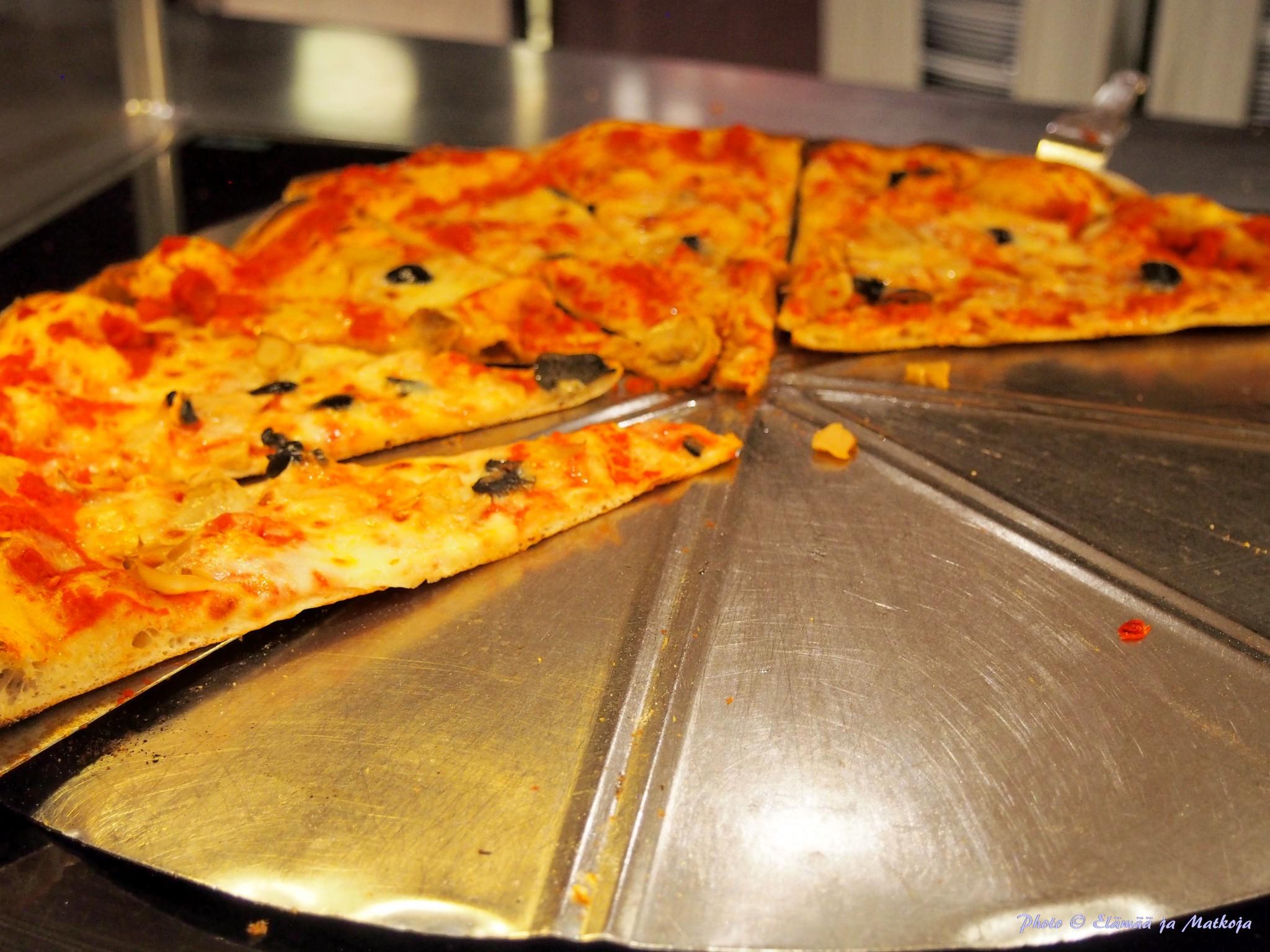 MSC Cruisesin pizzaa kutsutaan merten parhaaksi ja MSC Fantasialla 12 tuntia tarjoiltava pizza teki vauhdilla kauppansa! Photo © Elämää ja Matkoja