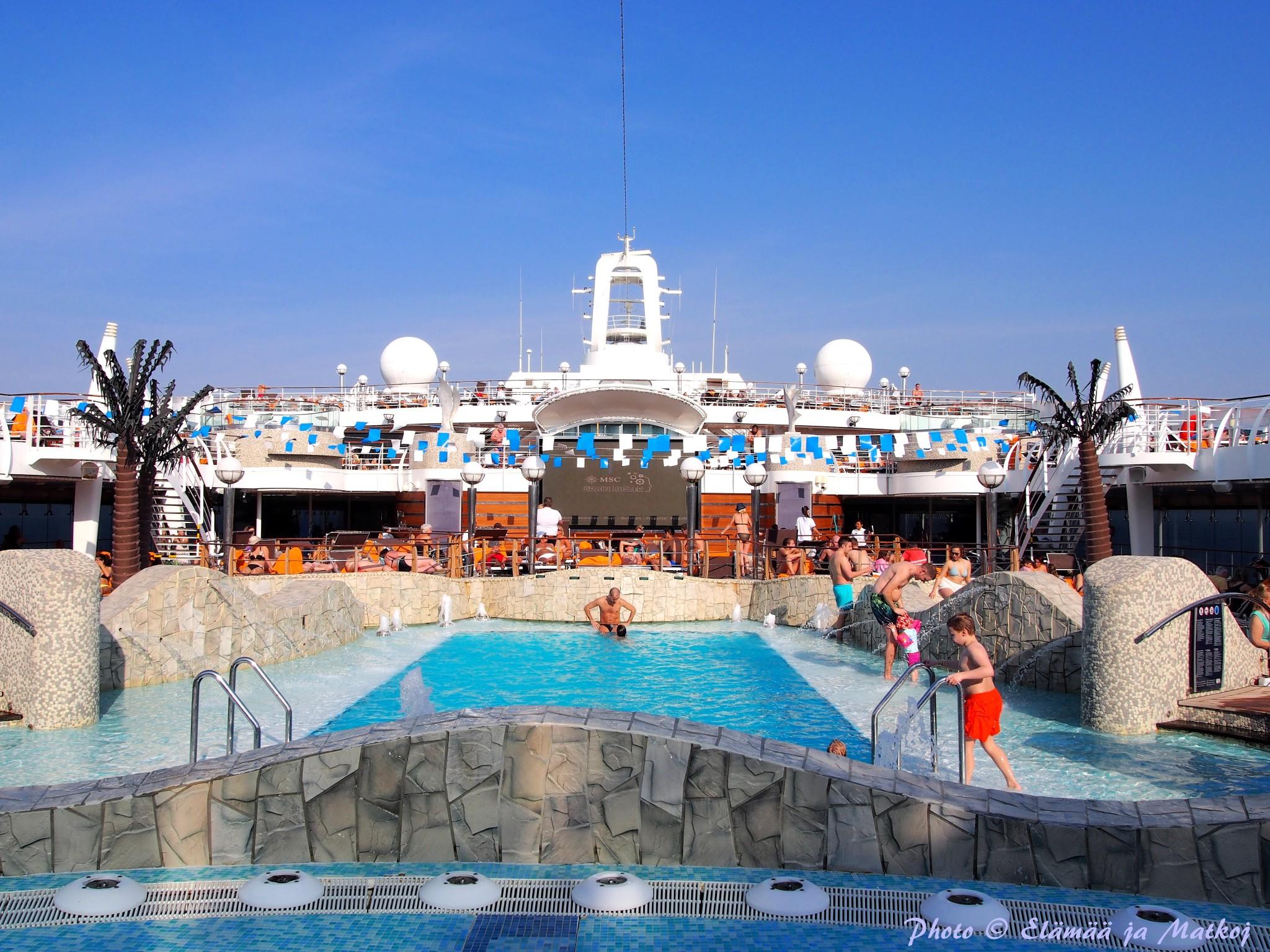 MSC Fantasia pool area Photo © Elämää ja Matkoja