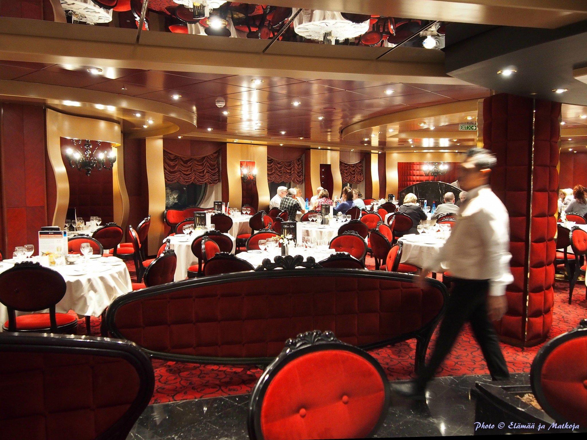 Ateriat Red Velvet ravintolassa kuuluvat risteilyn hintaan. Photo © Elämää ja Matkoja