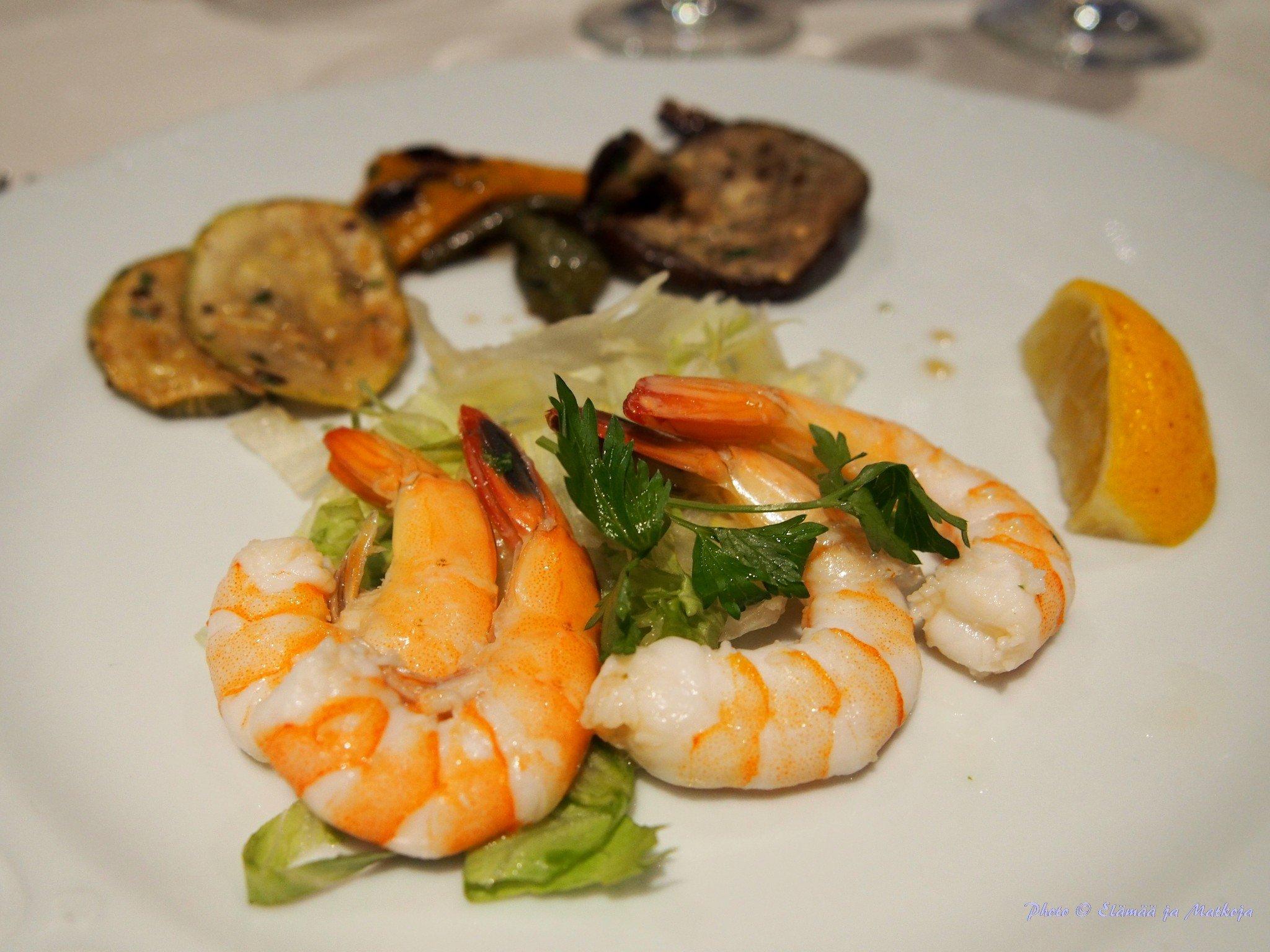 Alkupaloiksi Shrimp with Emirates flavours. Photo © Elämää ja Matkoja