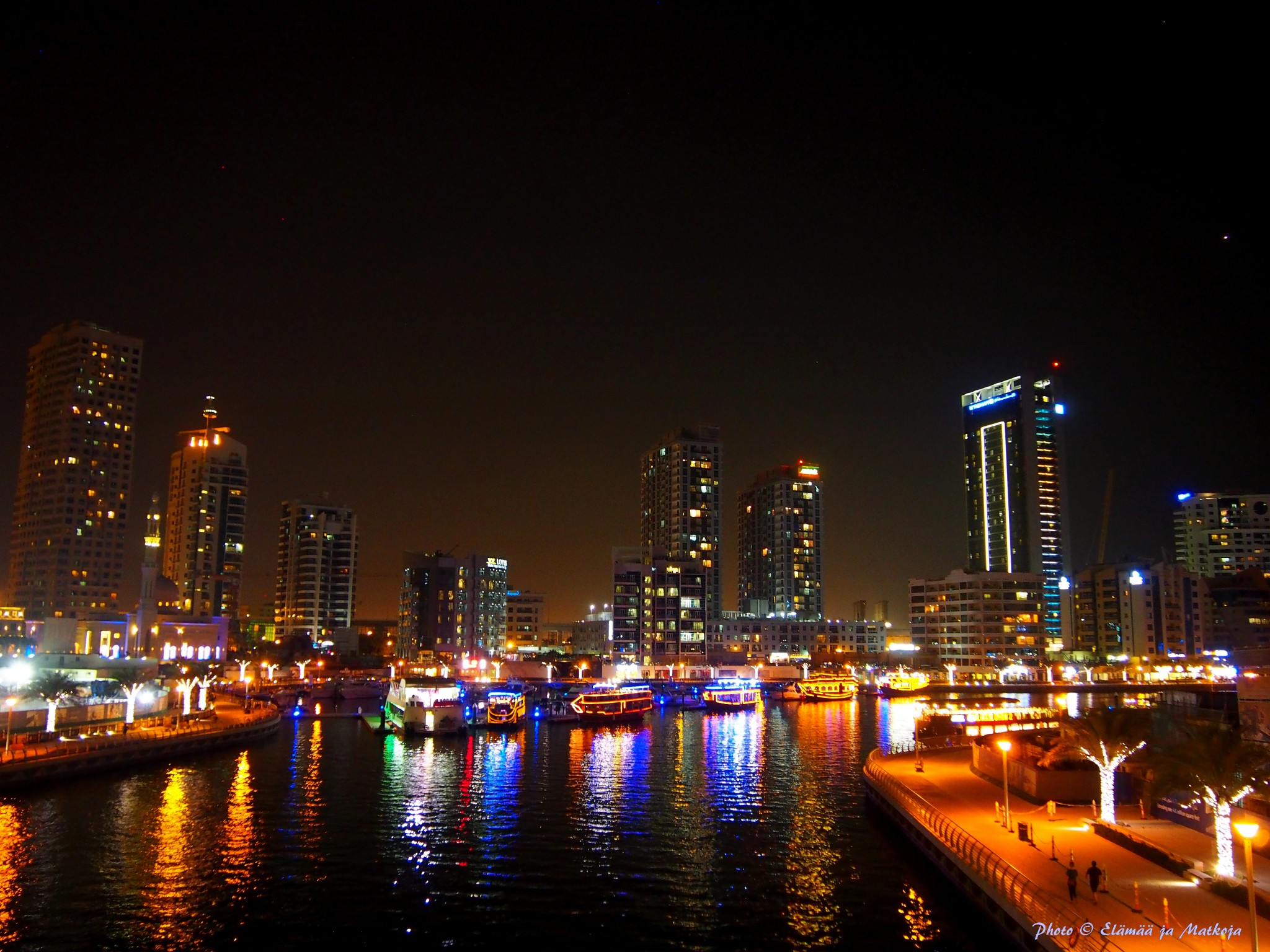 Pearl Marina on kuvan matalin rakennus kuvan oikeassa reunassa rannan tuntumassa.