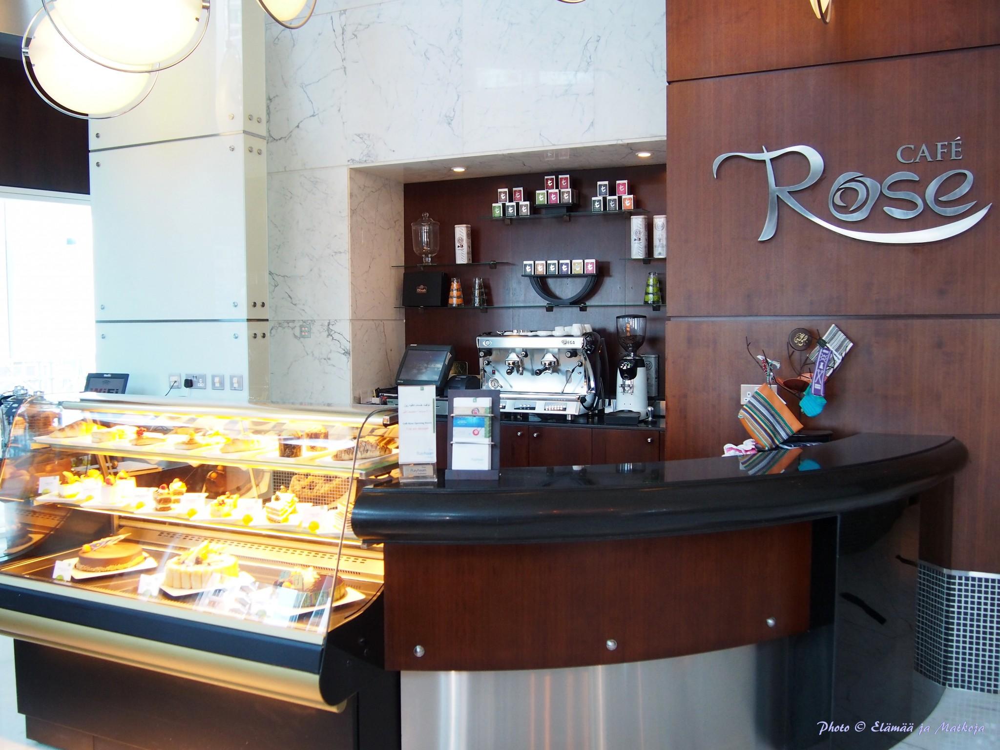 Aulan Cafe Rose on mainio paikka herkutella vaikkapa huonetta odotellessa.