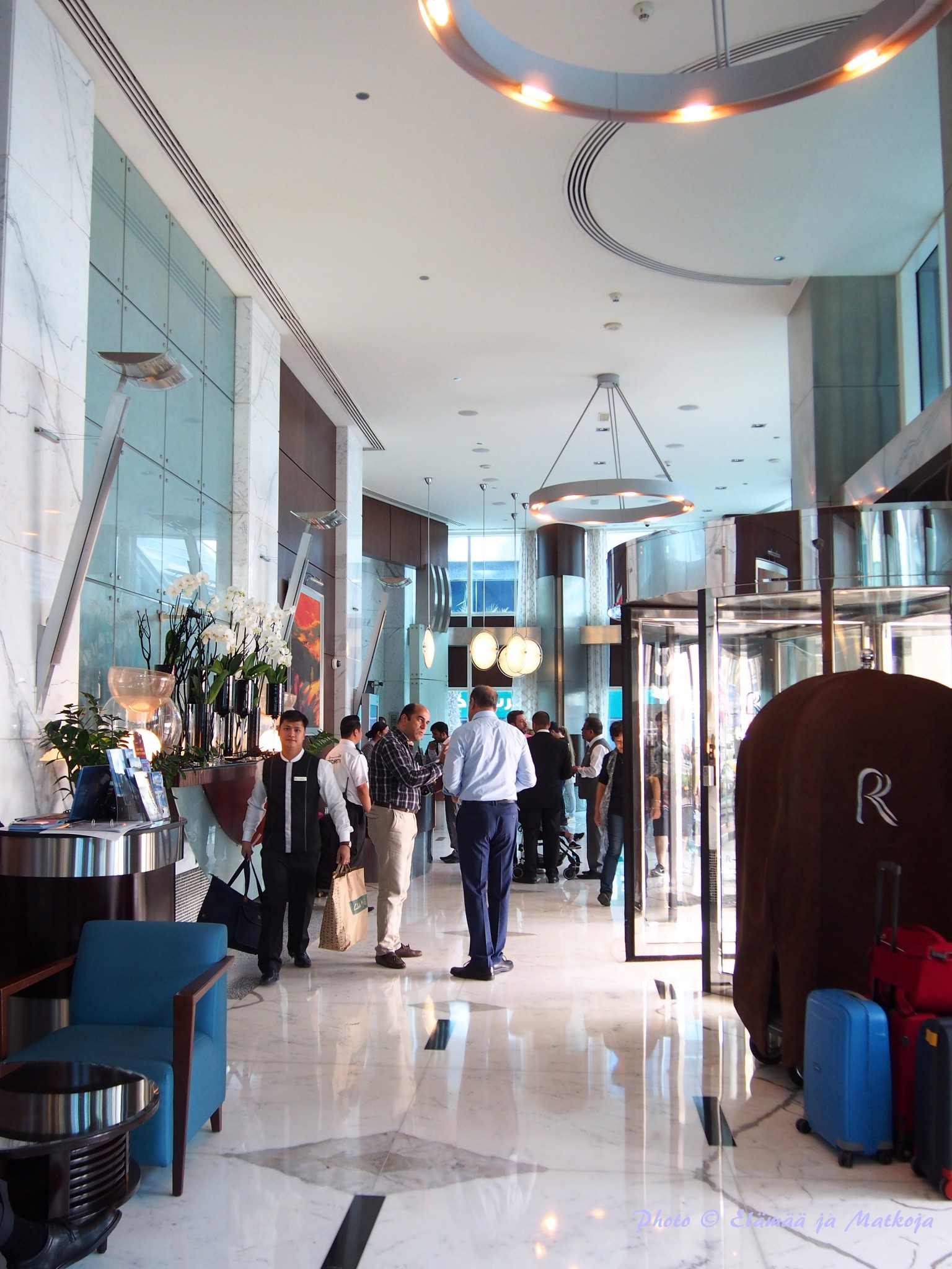 Rose Rayhaan by Rotana hotellin aulatila on kapea, ja ruuhkautuu helposti kirjaantumisten aikaan.