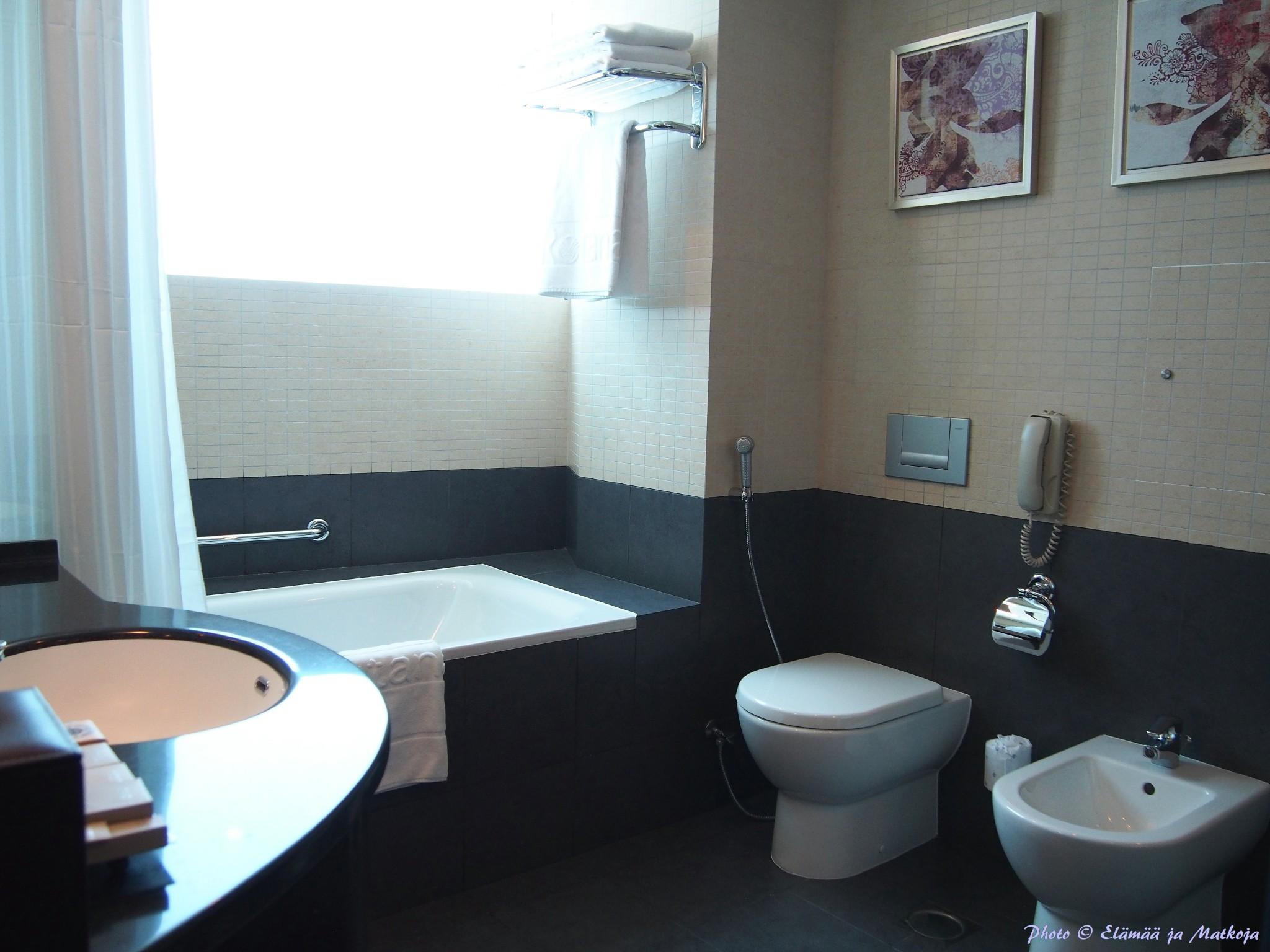Dubai Rose Rayhaan by Rotana kylpyhuone Photo © Elämää ja Matkoja