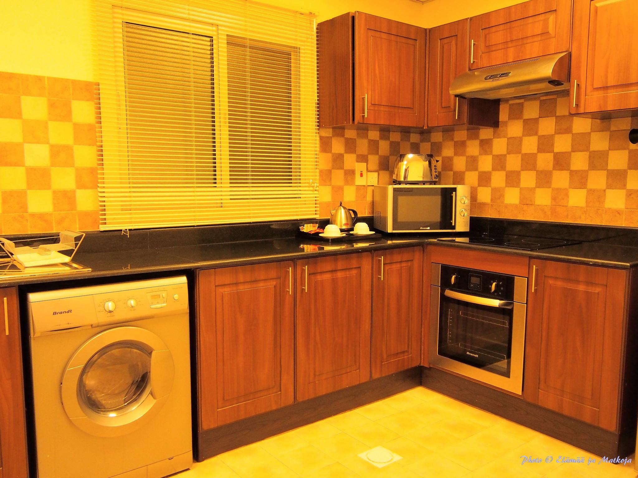 Kuvan keltaisuus johtuu keittiön voimakkaan värisestä valaistuksesta.