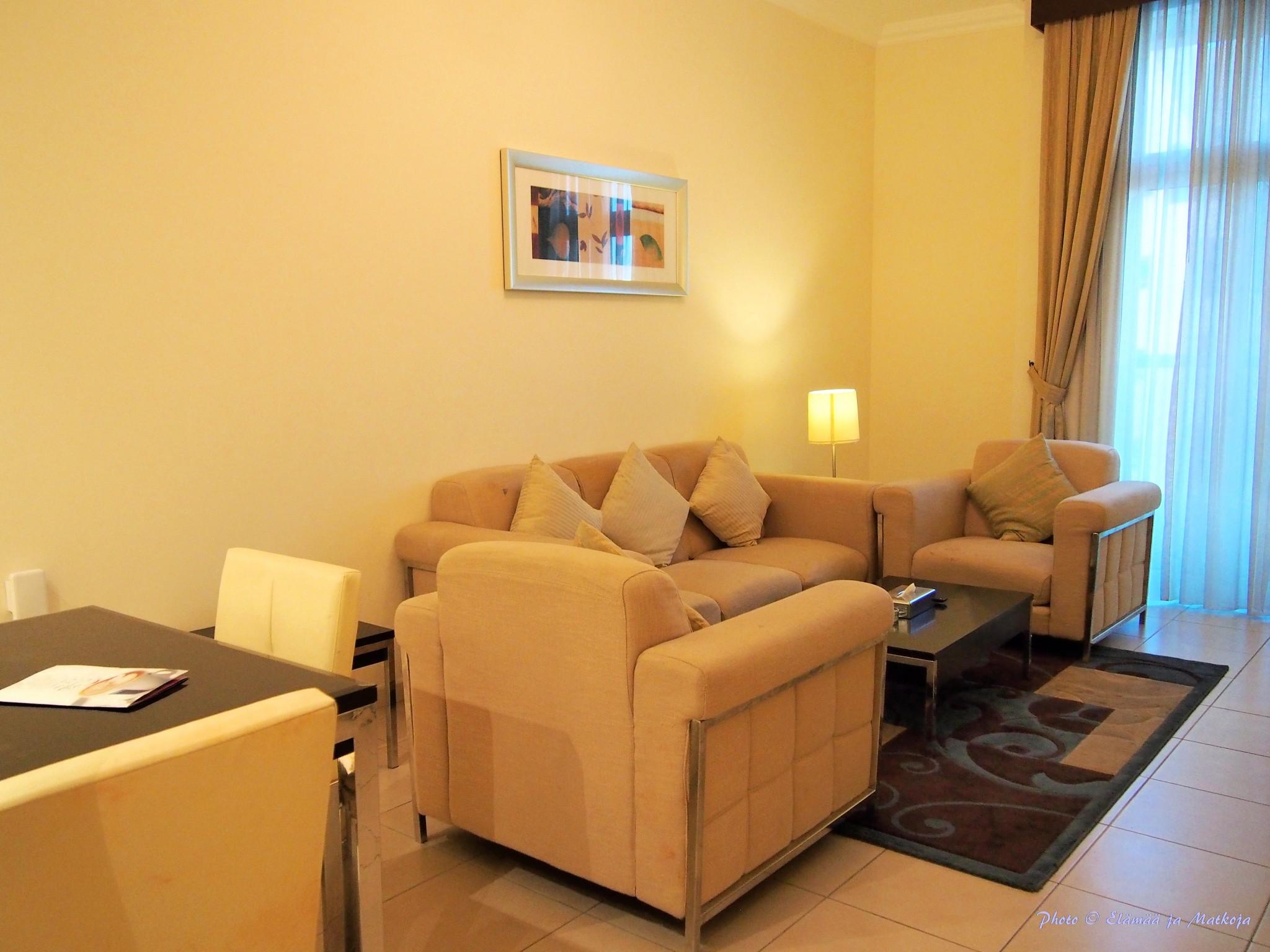 Pearl Marina Dubai Deluxe apt livingroom Photo © Elämää ja Matkoja