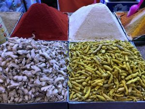 Marokko Agadir nähtävää: souk maustekauppa mausteita