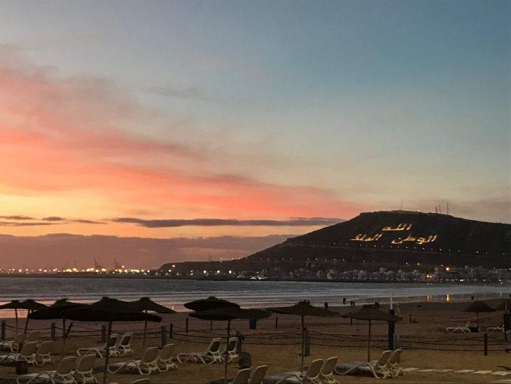 Marokko nähtävää Agadir ranta ja kasbah iltavalaistuksessa, vuori