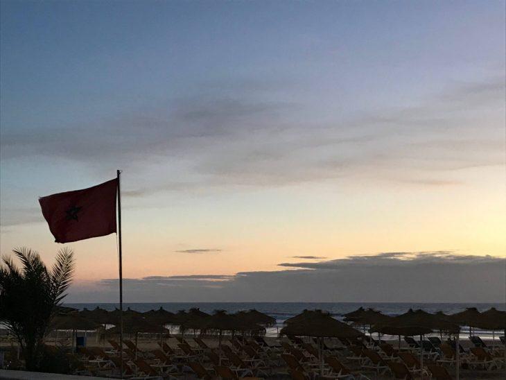 Marokko nähtävää Agadir rantaa iltavalaistuksessa, Marokon lippu