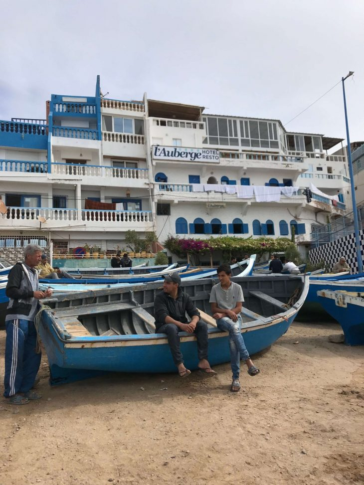 Marokko Agadir nähtävää: Taghazout kalastajakylä, hostelli, retkeilymaja, kalastajat, kukat