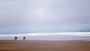 Marokko Agadir nähtävää: Ratsastajat Taghazout rannalla, kalastajakylä, hienot rannat, laukkaa rannalla hevosella