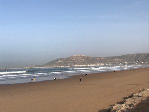 Agadir rantaa, taustalla nähtävää Marina ja kasbah Offelia, Marokko