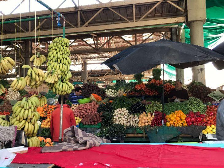Marokko Agadir nähtävää: souk, Vihannes- ja hedelmäkauppiaat markkinoilla