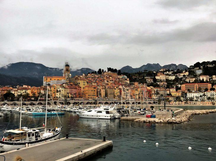 Ranska Riviera nähtävää, italialaiskaupunki Menton sataman suunnalta