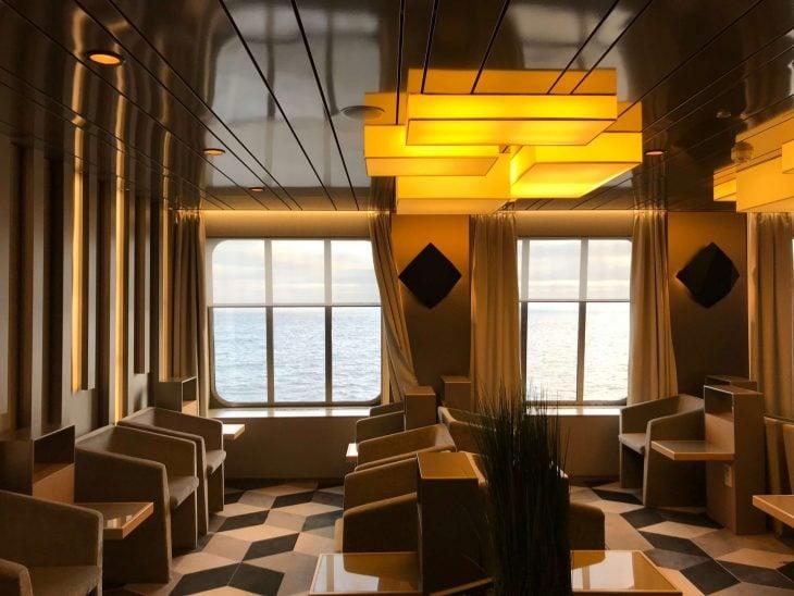 Tallink shuttle Megastar, Business lounge tarjoilut, tekemistä teinien kanssa