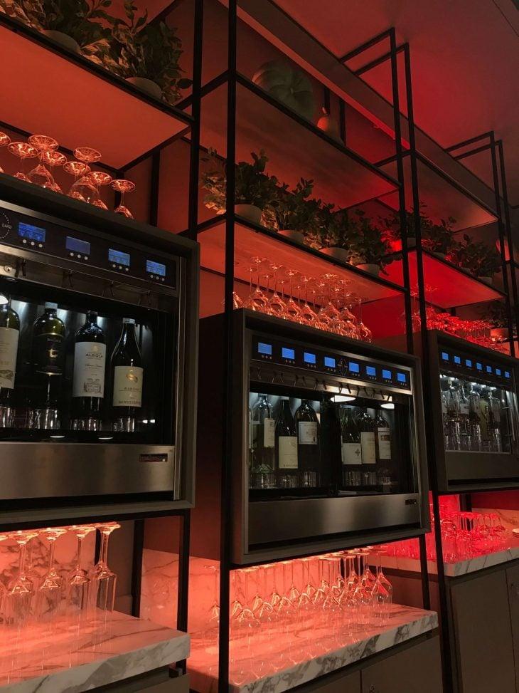 Tallinna, italialainen ravintola Flavore, viiniseinä, tekemistä teinien kanssa