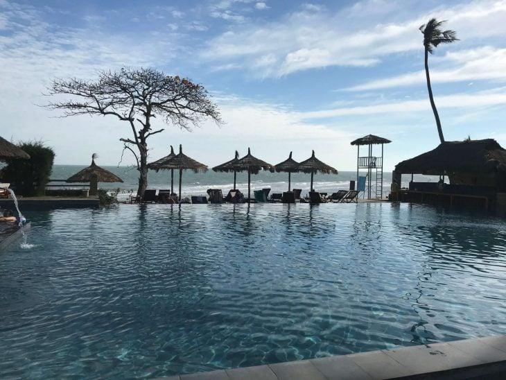 Mui Ne, Phan Tiet, Vietnam kokemuksia, hotelli Aroma Beach resort, altaalla, matkablogi, Aurinkomatkat