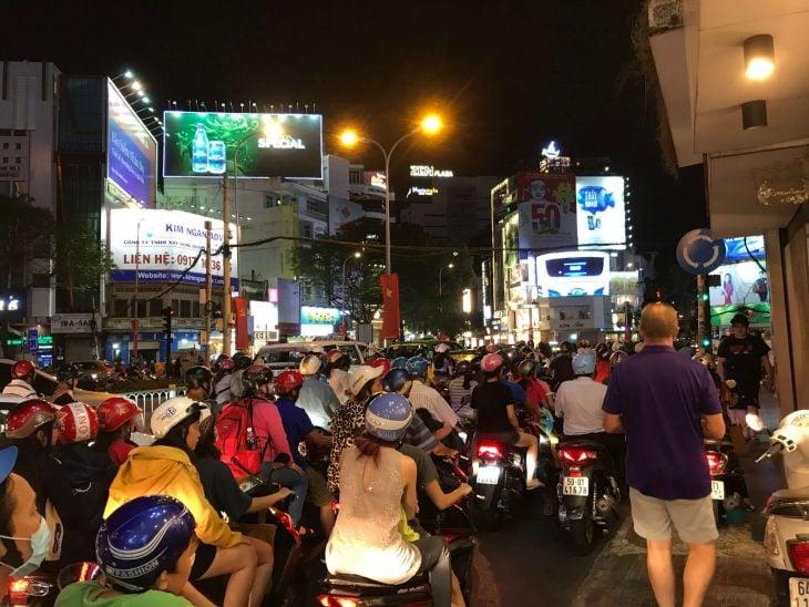 Liikennettä Ho Chi Minh City, Saigon, Phan Tiet, Vietnam kokemuksia, matkablogi,