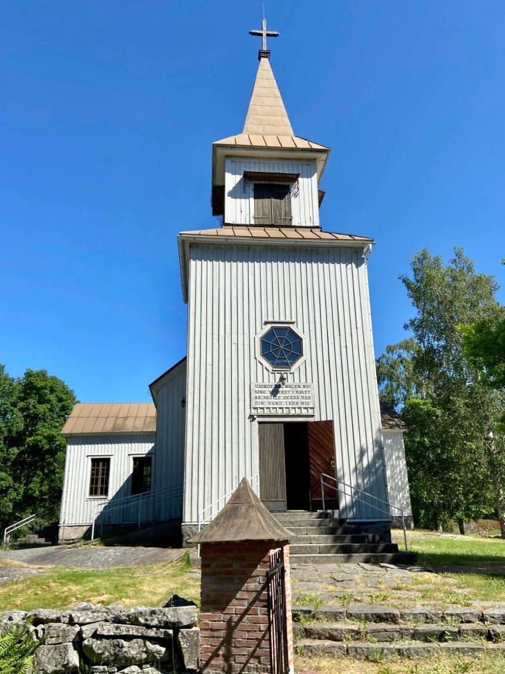 Ahvenanmaan saaristoon saaristolautta Kustavista, majoitus mökki saaristossa, Pellas, Lappo. Brändö puukirkko
